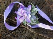náramek s fialovými květy,
