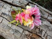 hřebínek do vlasů s větším růžovým květem,