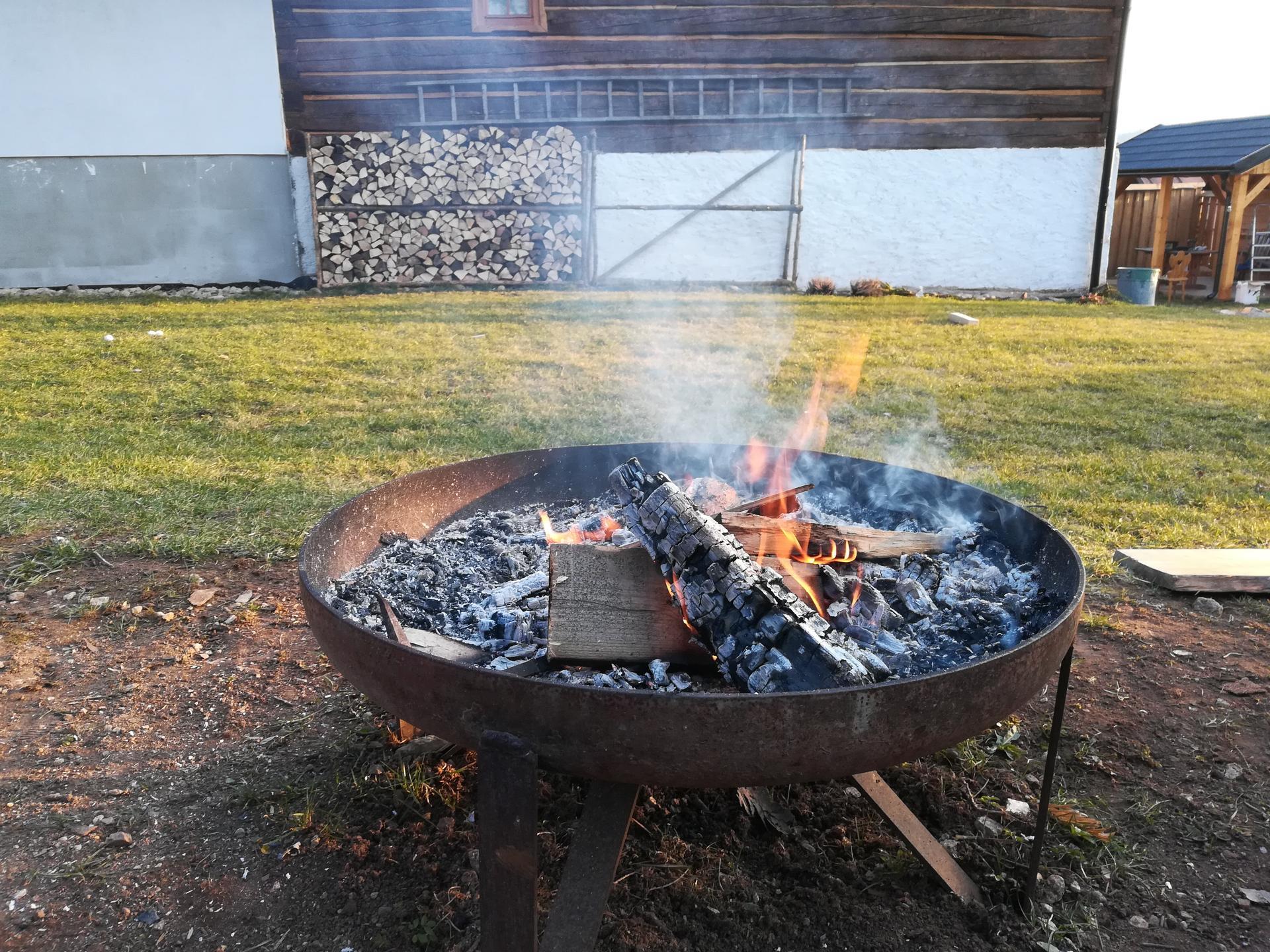 #som doma - Dnes si deti robia ohník. Opekať nemáme čo, do obchodu ešte nemôžeme a doma nič na opekanie nemáme.