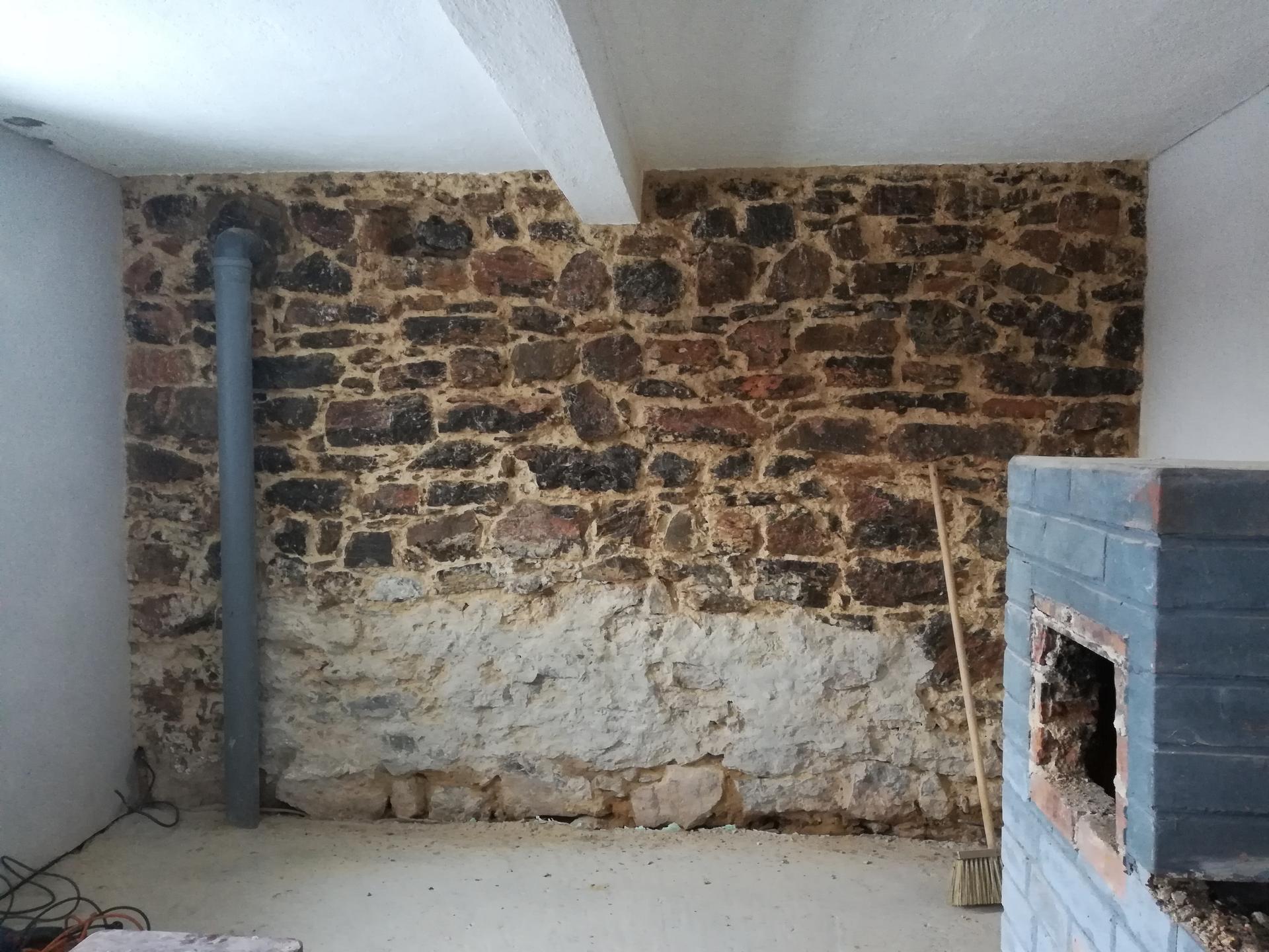 Letná kuchyňa. Inšpirácie vs. realita - Kameň očistený a nalakovaný. Na tejto stene bude kuchynská linka. Vrchná časť iba otvorené police, aby vynikol kameň.