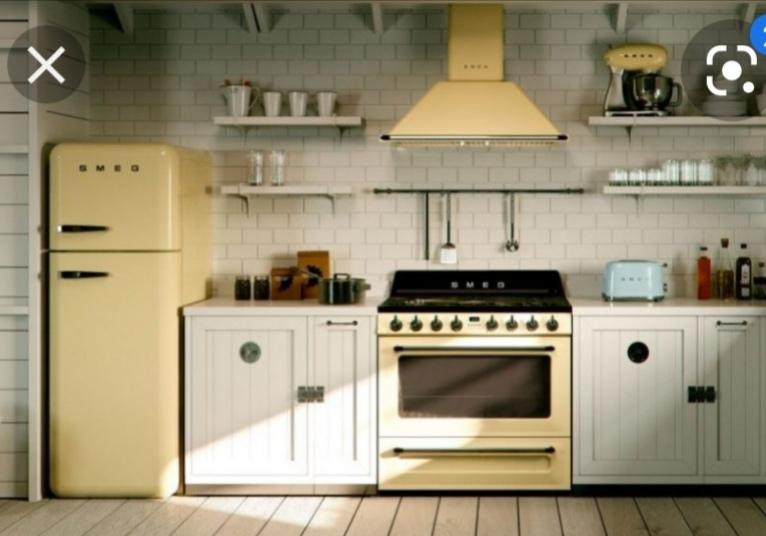 Letná kuchyňa. Inšpirácie vs. realita - Inšpirácia: Chladničku takto do rohu, aby zakryla tú vetraciu rúru.