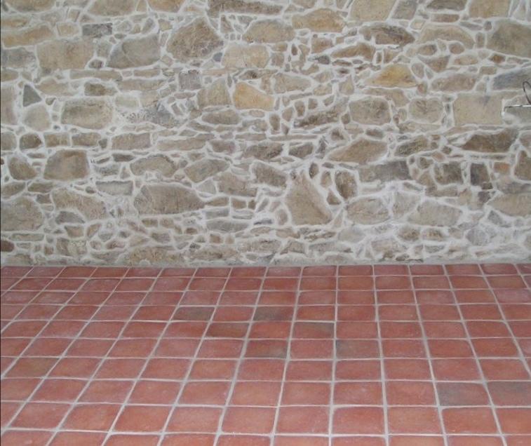 Letná kuchyňa. Inšpirácie vs. realita - Inšpirácia: Hľadala som na webe nejakú hotovú podlahu s touto dlažbou a tam takáto fotka. Veď to je skoro ako u nás, inú dlažbu si tam už ani neviem predstaviť.