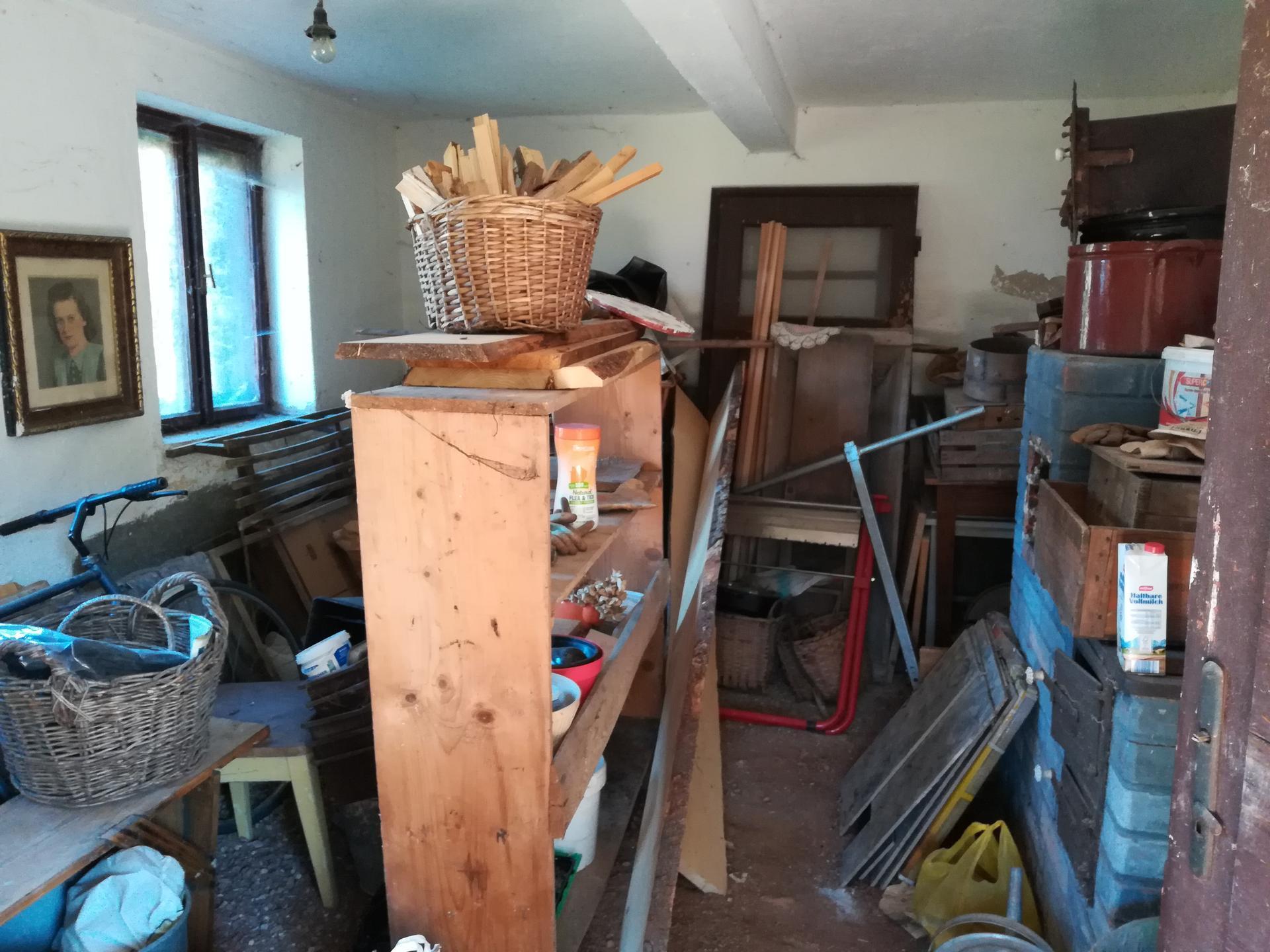 Letná kuchyňa. Inšpirácie vs. realita - Posledná nezrekonštruovaná miestnosť slúžila ako sklad. Podlaha už vyčistená na hlinu a pekne presušená.