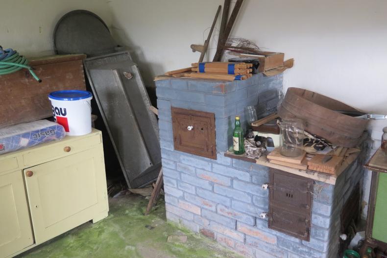 Letná kuchyňa. Inšpirácie vs. realita - Takto vyzerala letná kuchyňa, keď sme chalúpku kúpili. Na tejto fotke je vidieť aj podlahu porastenú machom.