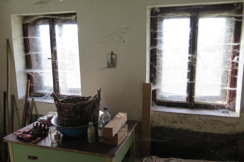 """Letná kuchyňa. Inšpirácie vs. realita - Pôvodné okná s pôvodnými """"záclonami""""."""