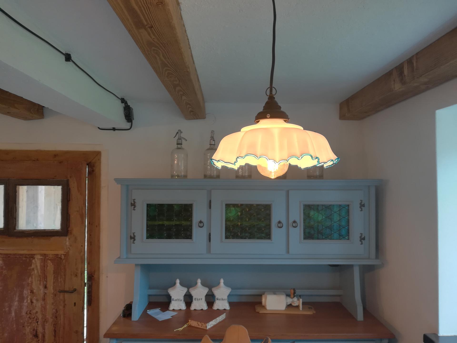 Letná kuchyňa. Inšpirácie vs. realita - Ešte svetlo nad stôl. Jediná pôvodná lampa z chalúpky.