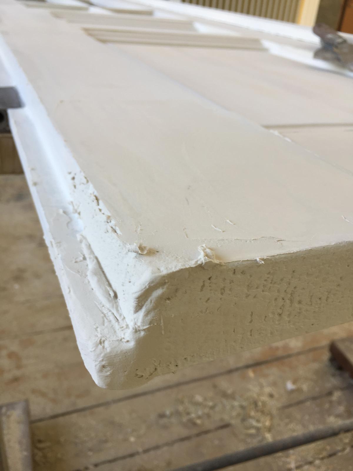 Jeden kus histórie - Zničený roh. Na to je vhodná univerzálna 2k hmota od den Braven, drevo sa musí najprv natrieť základnou farbou.