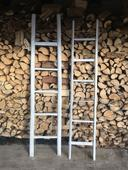 2 dřevěné žebříky jako fotoalba,