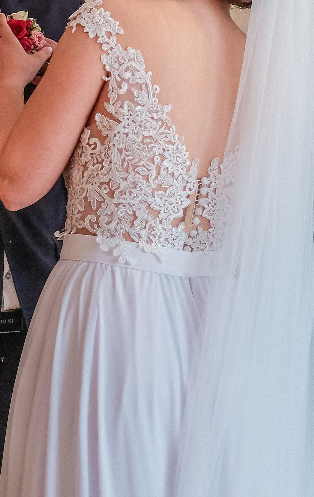 Krajkové svatební šaty s vlečkou - Obrázek č. 2