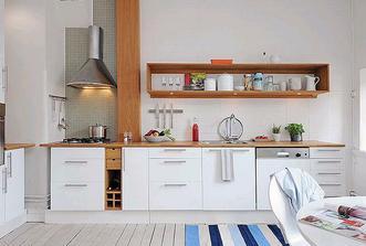 Bíííílááá kuchyň, dřevěná pracovní deska, bílé obklady...
