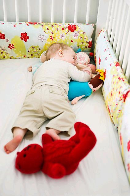 Dětský pokoj... - mantinely okolo postýlky ušijeme s mamkou