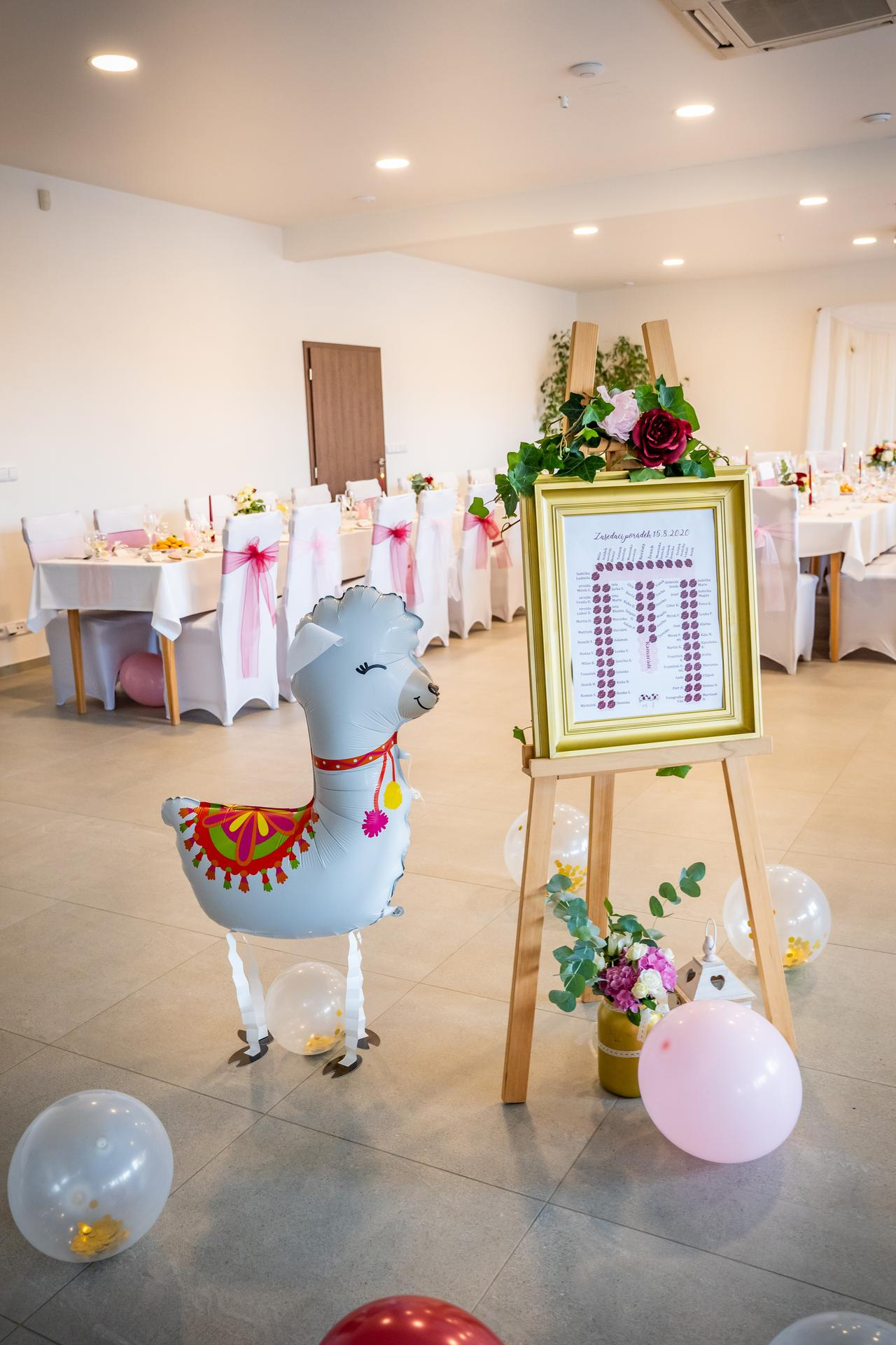 Alžběta                    a                    Štěpán - A zde nejváženější host celé svatby - lamička 🦙. Škoda jen, že jí nožičky díky dětem moc dlouho nevydržely 😁