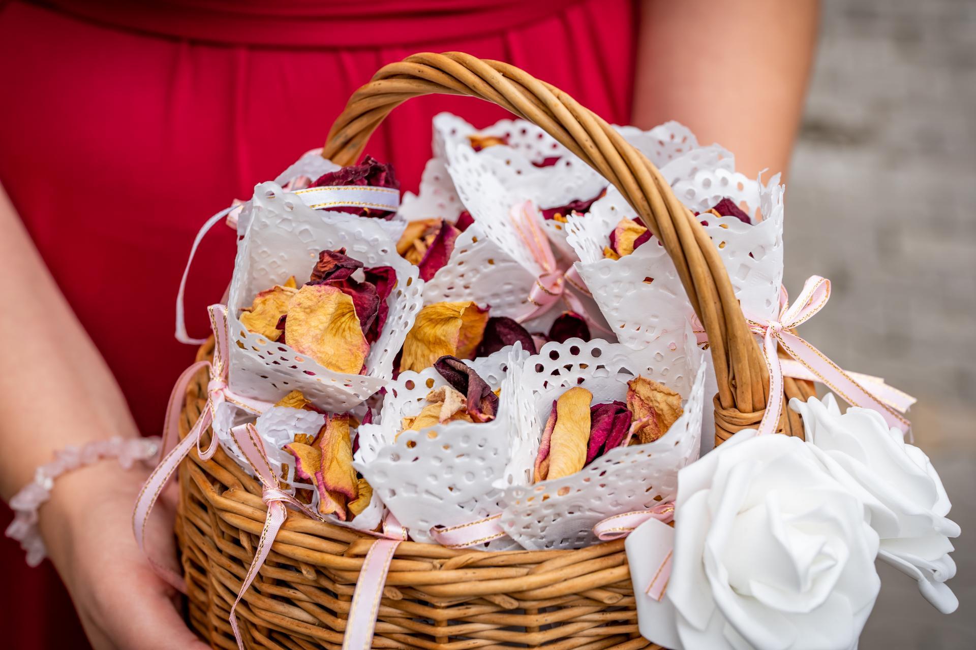 Alžběta                    a                    Štěpán - Kornoutky z papírů pod dorty, ozdobené mašličkou 🎀
