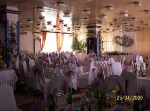 tu bude svadobna hostina - aj v tejto farebnej výzdobe :o)