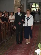 mamina vedie k oltaru