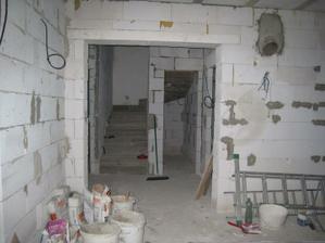 pohled z obýváku (už máme vyzděný kumbálek pod schodištěm)