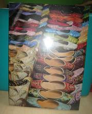 Obraz s indickýma botičkama do předsíně - je ještě zabalený v obale, proto je tak máznutý