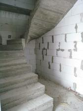 pod schodištěm bude kumbálek na čistící prostředky a úplně v zadu minivinotéka :)