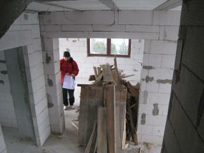 pohled ze schodiště do chodby, vepředu obývák, vlevo vchod do pokojíku (hromada je po čerstvě odšalovaných schodech)