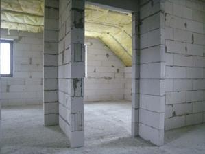 pohled ze schodiště - ve předu dva pokoje, v pravo koupelna
