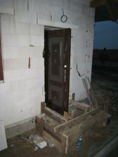 vsazené dveře, jsou tak hnusné, protože je tam ještě fólie..
