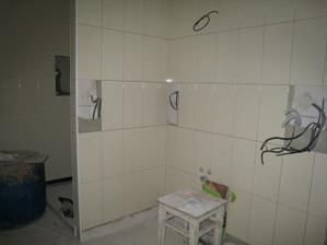 v pravo bude umyvadlo, za příčkou je sprcháč