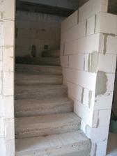 částečně vyzděné schodiště