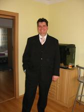 Ženich v obleku s vestičkou, kravatě a košili. Sluší mu to :-)
