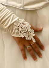 Zásnubní prstýnek jsem dostala v srpnu 2006 a téměř do roka a do dne se konal náš velký den