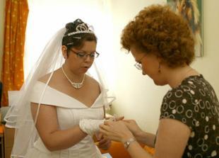 S oblékáním mi pomáhala moje svědkyně Katka, měla sice angínu, ale zvládla to perfektně