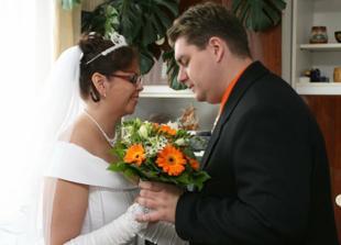 A pak už se rozdávali kytičky, ženich nevěstě