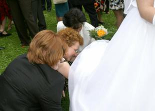 Trochu se mi zacuchaly vrstvy sukně, ale maminka, organizátorka Lucka i svědkyně si poradily :-)