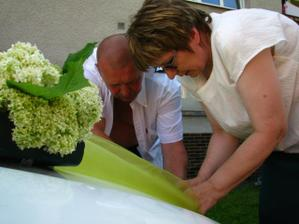 příprava ženichova auta