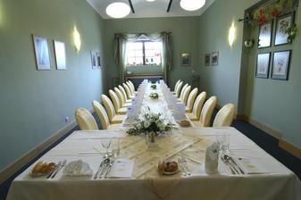 zlto-biela vyzdoba s kalami na stoloch