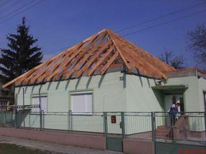 nový krov z prednej časti domu