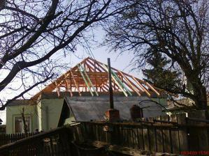 nový krov zo zadnej časti domu