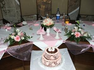 náš stôl, ktorý sme si sami zdobili a kamoška Lucka mi moc pomohla....vďaka patrí jej!