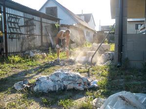 august - najprv bolo treba porozbíjať betóny a ytongy, nahádzať do základov terasy a udusať