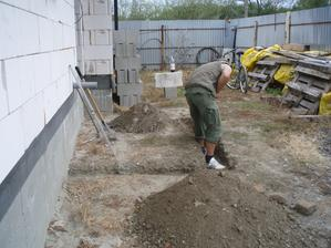 23.09.2012 - manžel kope základy na schody