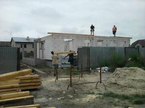 4.8. začínajú nám stavať strechu