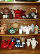 část naší sbírky čajových konviček
