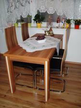 Stůl je přesně v dekoru kuchyňe, židličky jsou trošku jiný odstín (ořech)... švestka se snad nedá sehnat :-( Ale není to moc poznat :-)