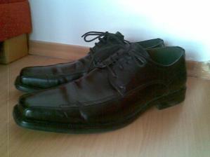 A svadobne topánky pre ženícha...