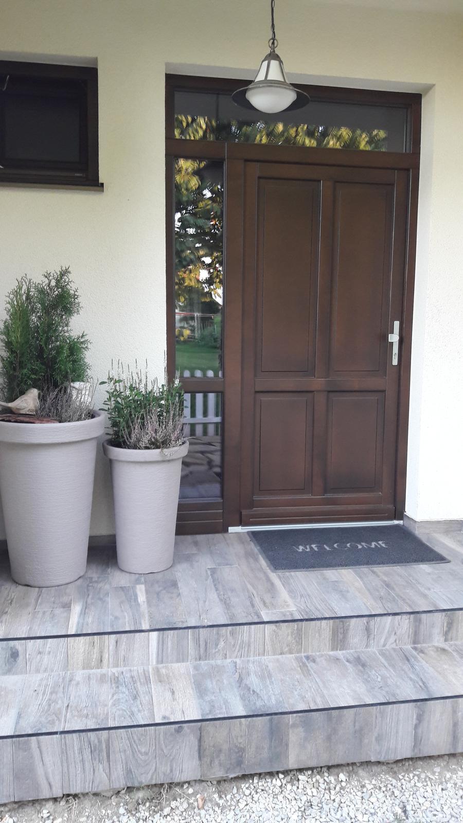 Náš domov :) - Nové kvietky pred dverami 😉