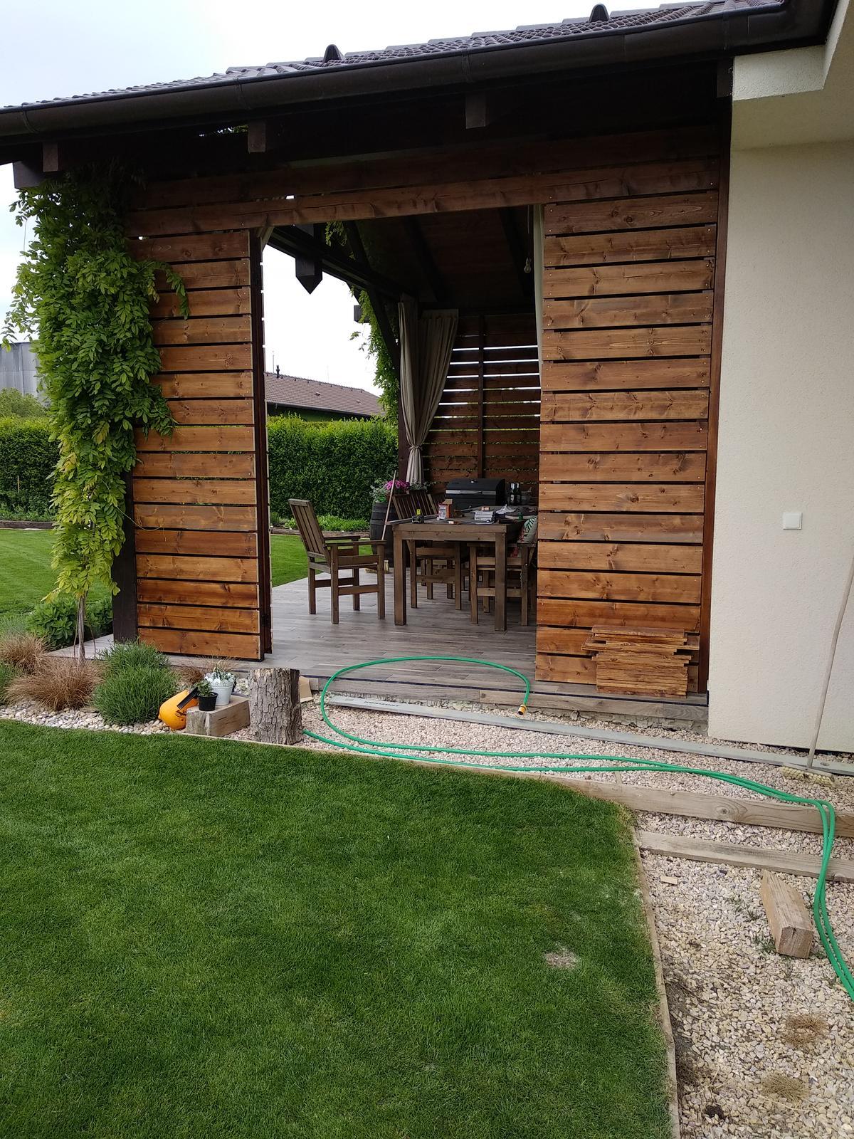 Náš domov :) - Vietor na terase vyriešený a aj pohľad na záhradu ostal 😊drevena stena a možnosťou otvorenia