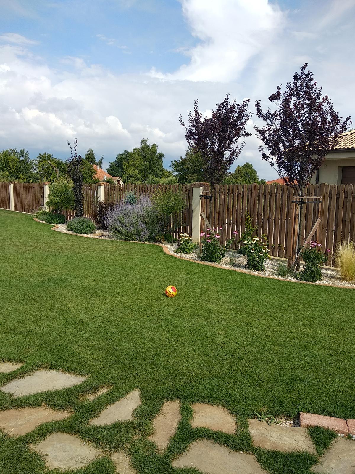 Náš domov :) - Každý rok záhrada meni svoje krivky 😉