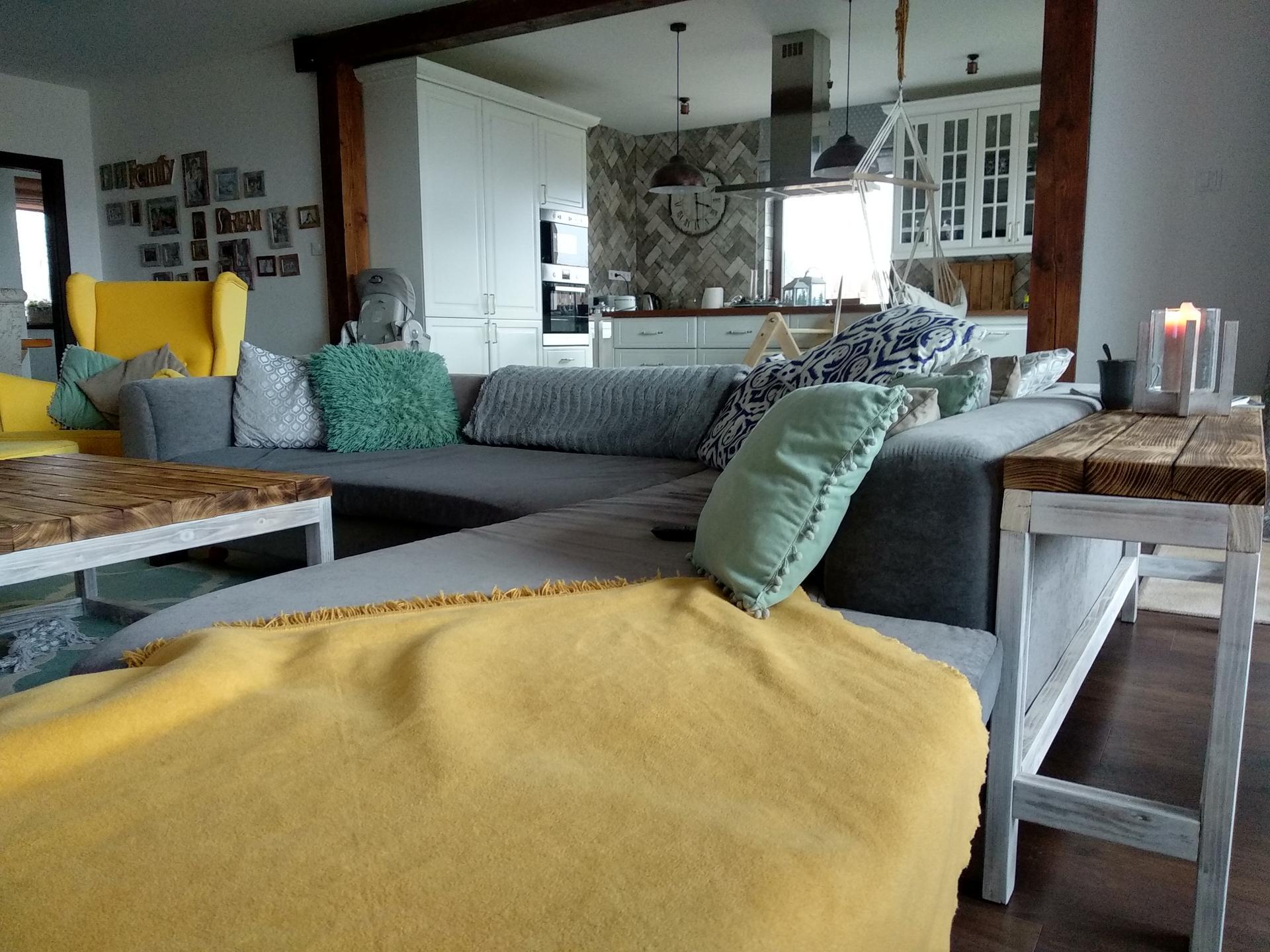 Náš domov :) - Do série príručny stolík, vyrobil moj manžel 😍 A čakám ešte na žlté vankúše trošku zmeny si to pýta🙏