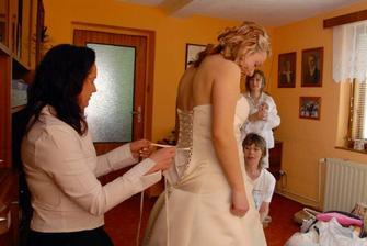 svědkyně Evička pomáhá při oblékání