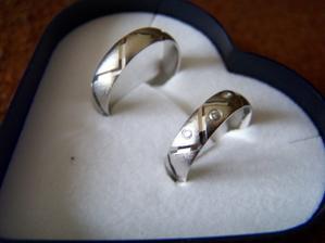 A to jsou naše prstýnky, už doma