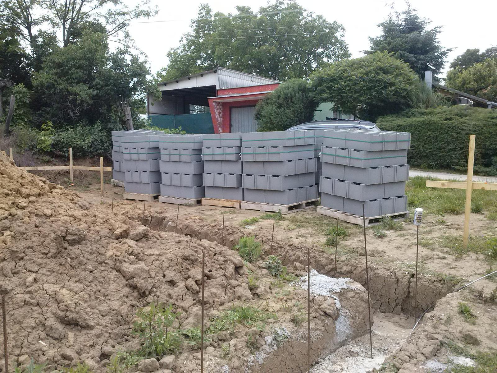 Vitajte u mňa :) - už máme aj DTčká, môžu sa začať stavať základy.
